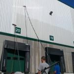 Mycie blaszanej elewacji hali magazynowej