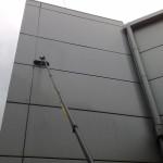 Mycie paneli blaszanych stanowiących fragment fasady budynku