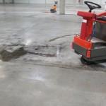 Usuwanie z posadzki betonowej śladów po kołach pojazdów ( guma ) oraz gruntowne oczyszczanie posadzki