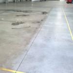 Posadzka betonowa po gruntownym czyszczeniu - usunięte zostały warstwy nagromadzonych zanieczyszczeń, które pokrywały posadzkę. Następnie posadzka została zabezpieczona gruntem polimerowym ( ułatwia utrzymanie czystości posadzki )