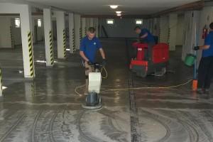 Maszynowe czyszczenie posadzki w garażu podziemnym.