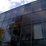 Szklana fasada myta przez naszą ekipę - po prawej widać wyraźnie niemyte jeszcze szyby, po lewej - już wyczyszczone.