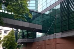 Mycie elewacji szklanej tyczkami z włókna węglowego sięgamy do wysokości 18 metrów.