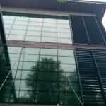 Mycie elewacji szklanej budynku, Kraków - praca kijami teleskopowymi do 18 metrów wysokości.