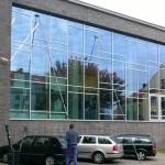 Mycie szklanej fasady za pomocą kijów teleskopowych - szybka i wysoce skuteczna metoda prac mycia przeszkleń na wysokości, bez konieczności używania podnośników czy rusztowań.